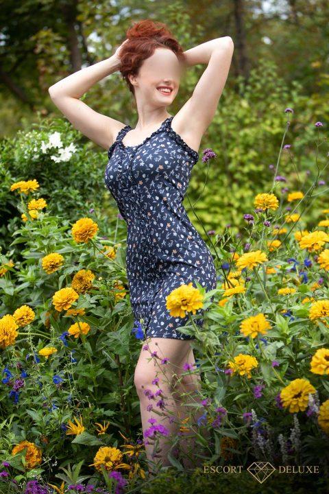 Model steht im Blumenfeld