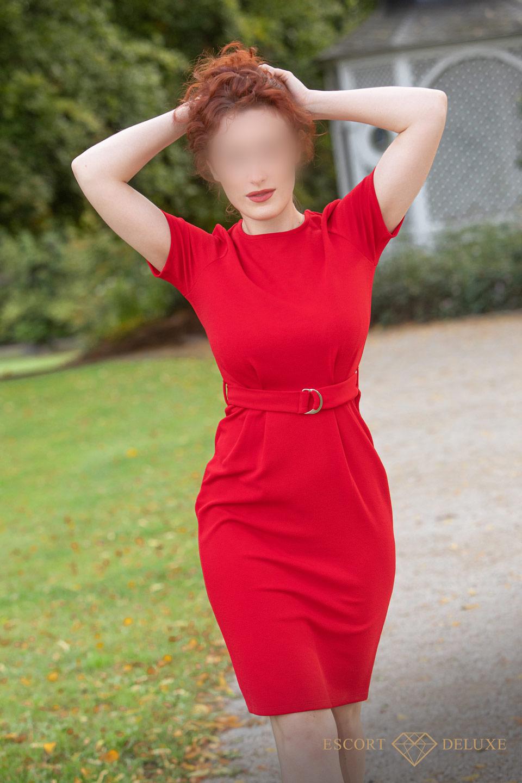 Model im roten Kleid
