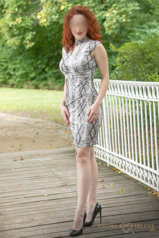 Alexandra steht auf einer Brücke