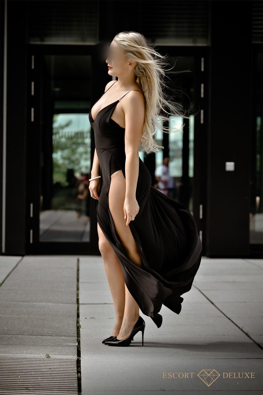 Alica trägt ein schwarzes Kleid
