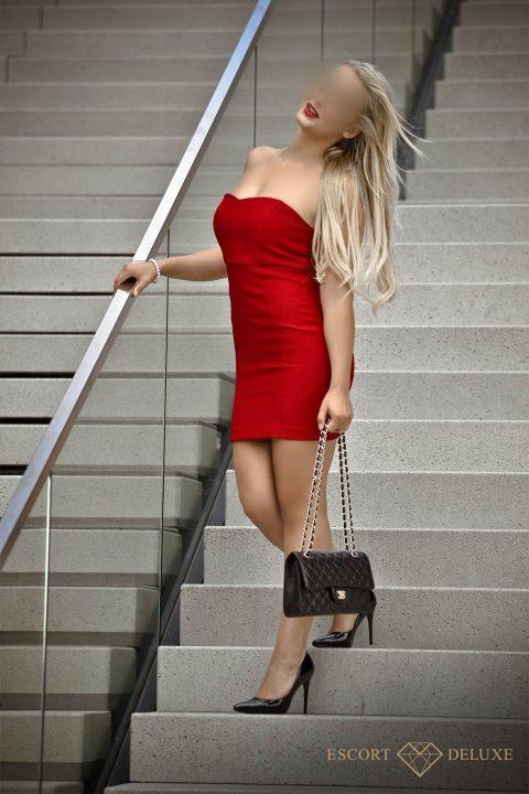 Model trägt ein rotes Kleid