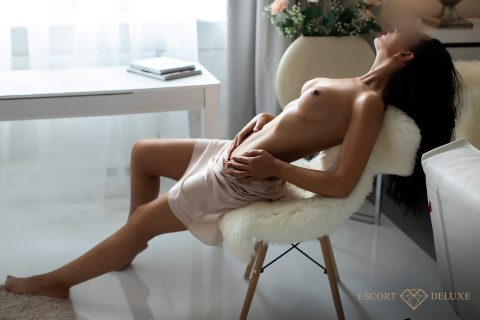Model liegt auf dem Stuhl