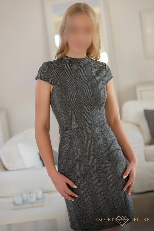 Diana im Business Kleid
