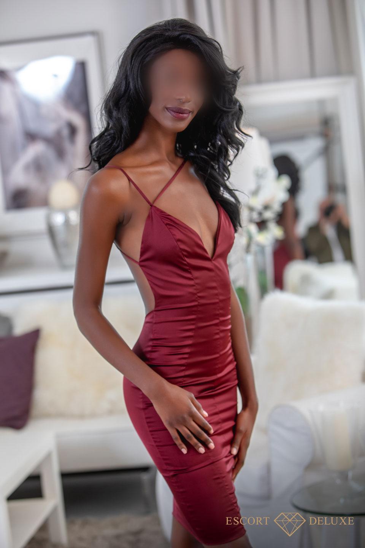 Isabelle trägt ein roter Kleid