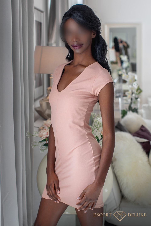 Escort Dame trägt ein rosa Kleid