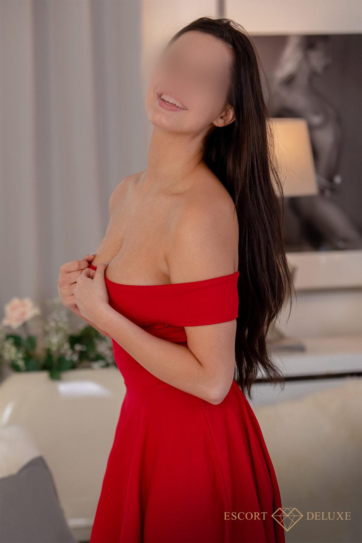 Escort trägt ein rotes Kleid