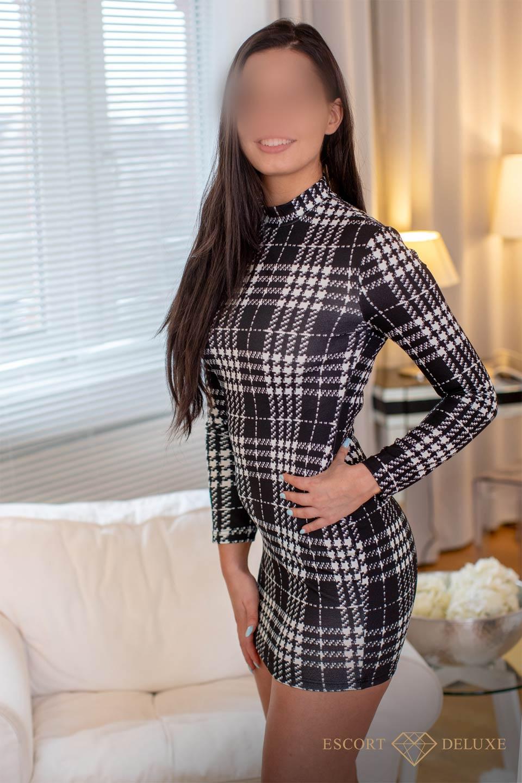 Julia trägt ein kariertes Kleid