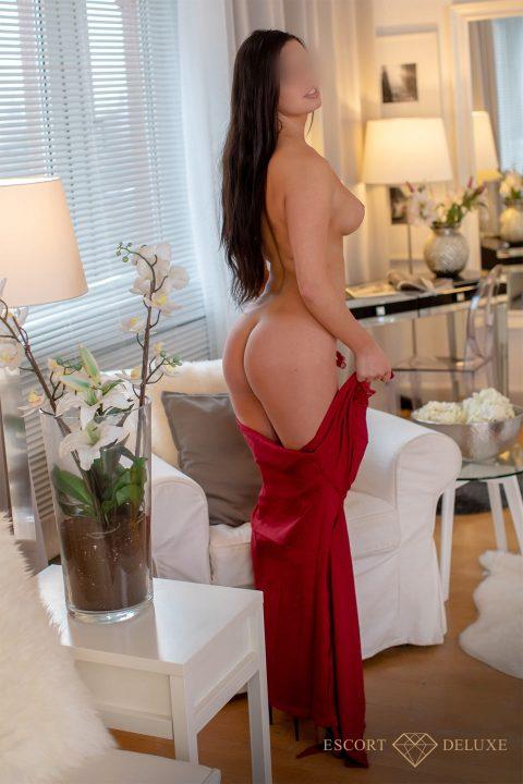 Model zieht ihr Kleid aus