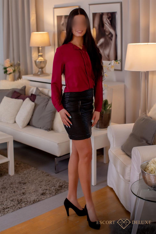 Model steht im Wohnzimmer