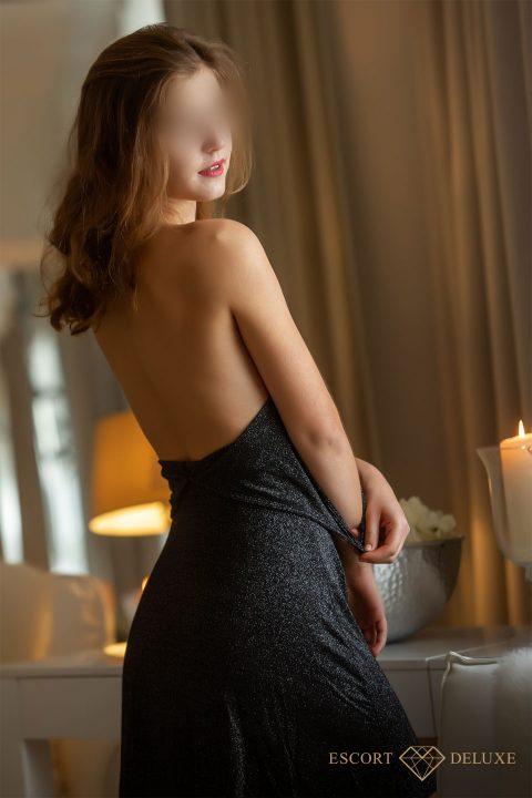 Model schaut über ihre Schulter
