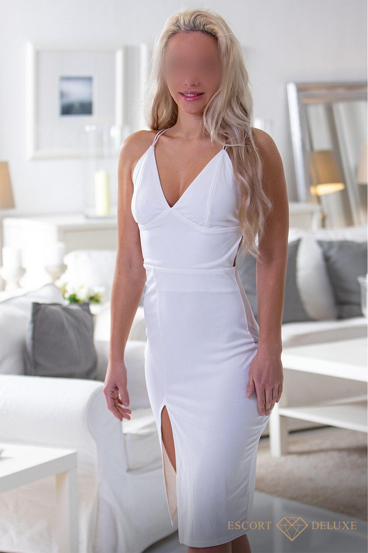 Rebecca im weißen Kleid