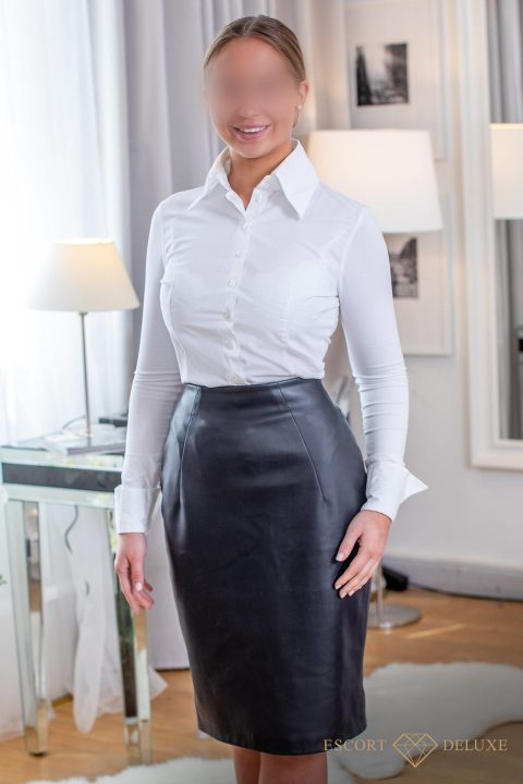 Vanessa trägt einen Lederrock