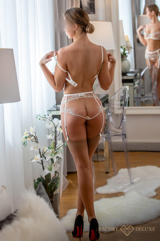 Vanessa schaut aus dem Fenster