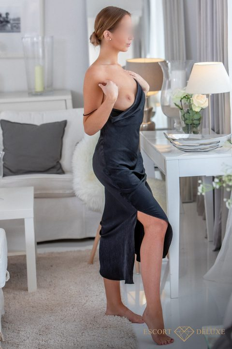 Escort trägt ein schwarzes Kleid