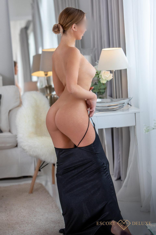 Vanessa sieht aus dem Fenster