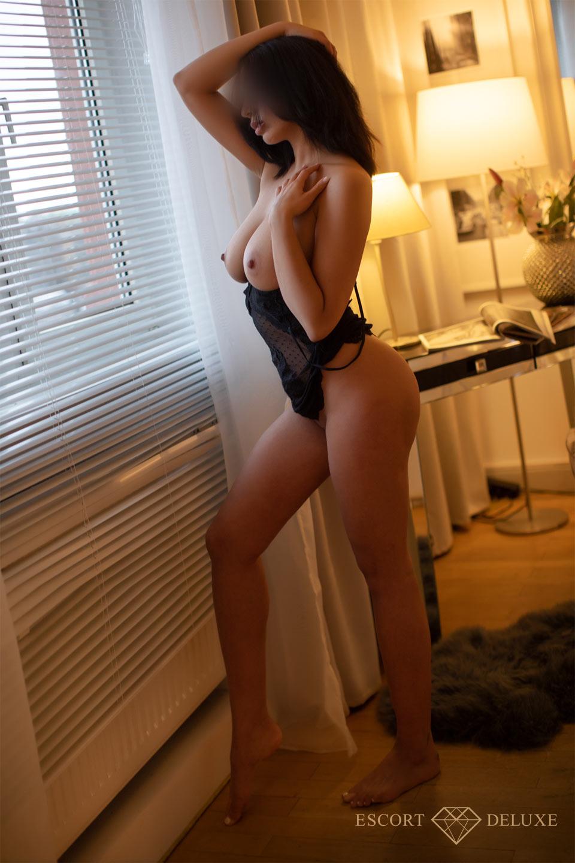 Model schaut aus dem Fenster
