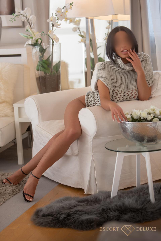 Yasmin sitzt auf dem Sessel