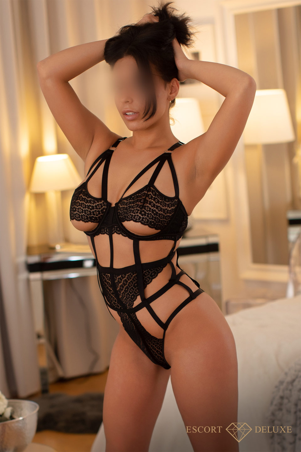 Escort Model schaut in die Kamera