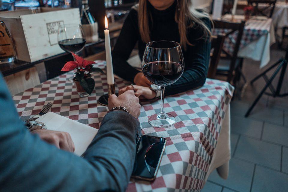 Dinnerdate with a glass of redwine