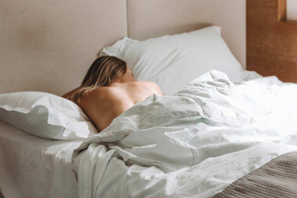 Dame liegt im Bett