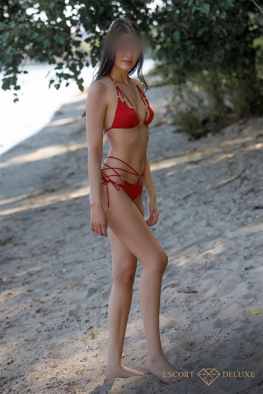 Dame läuft am Strand