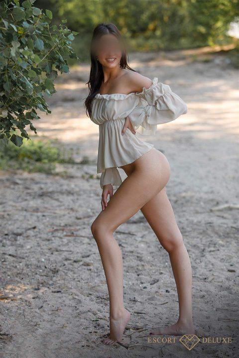 Dame steht am Strand