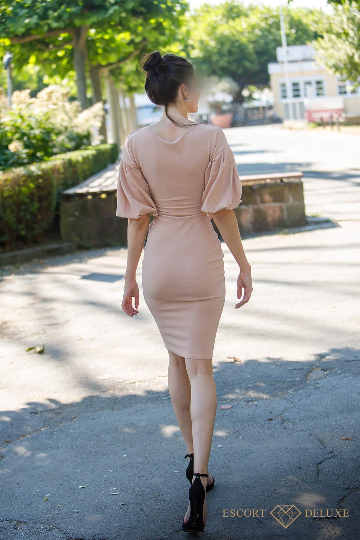 Escort Dame trägt ein Kleid