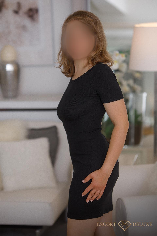 Dame trägt ein schwarzes KLeid