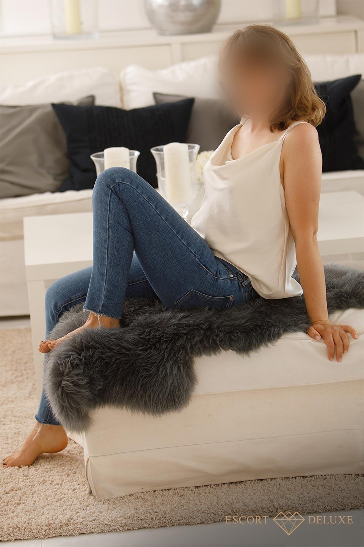 Dame sitzt auf der Couch