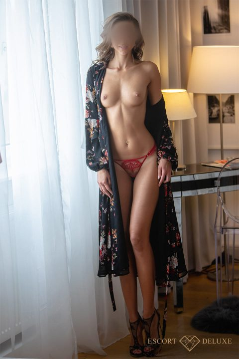 Model steht am Fenster