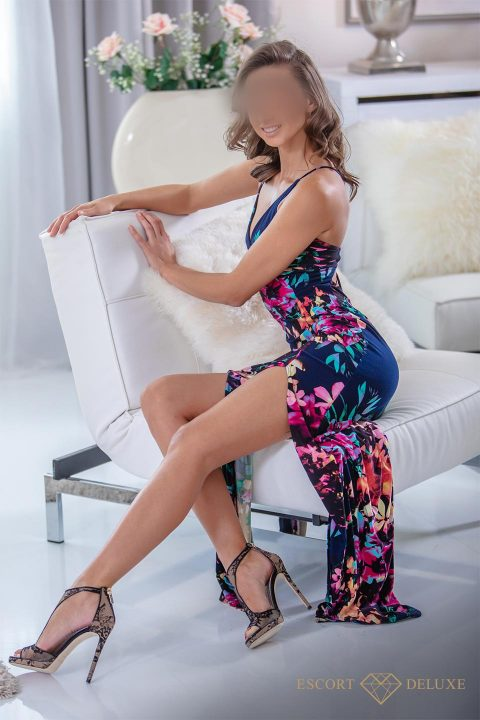 Model trägt ein geblümtes Kleid