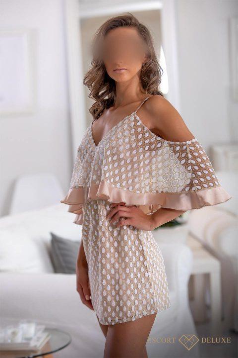 Model trägt ein Kleid