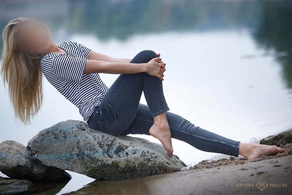 Model sitzt auf einem Stein