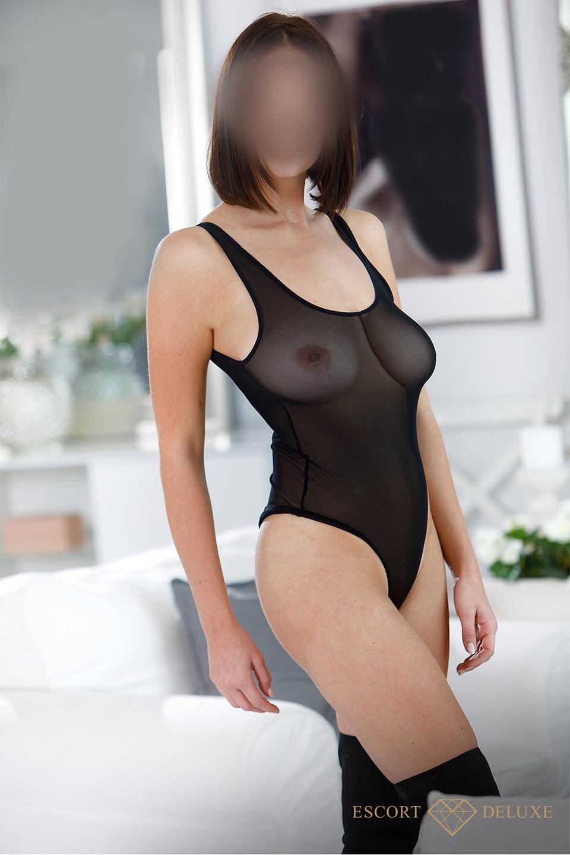 Dame trägt einen transparenten Body