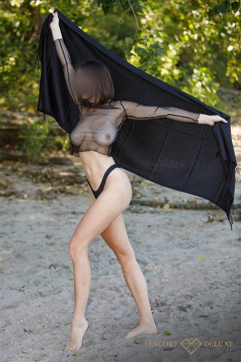 Alexa trägt ein transparentes Oberteil