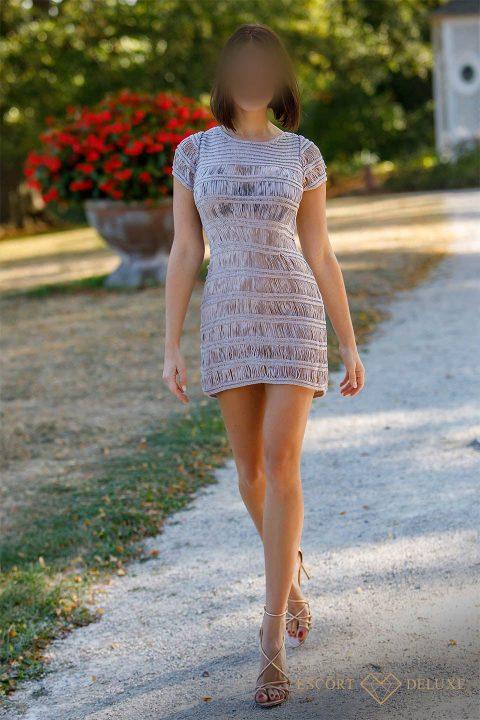 Dame trägt ein gestreiftes Kleid