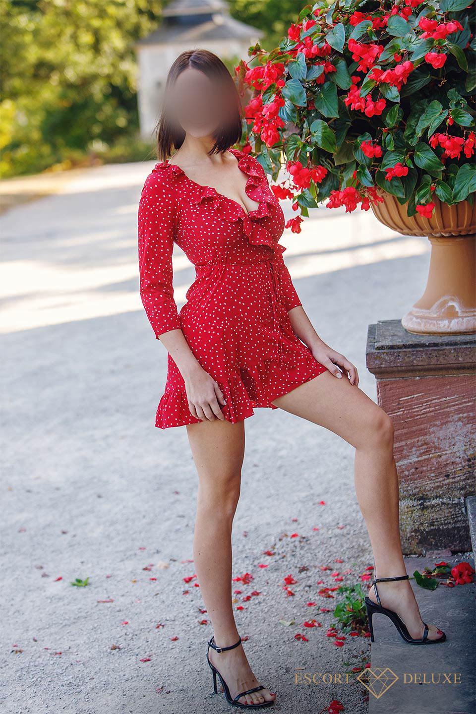 Alexa trägt ein rotes Kleid