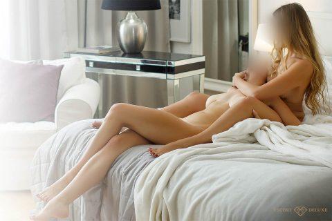 zwei Damen kuscheln nackt im Bett