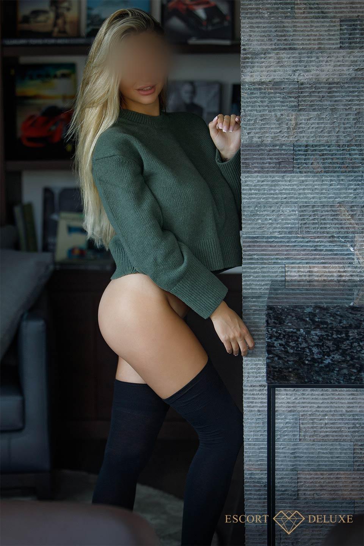Dame trägt einen grünen Pullover
