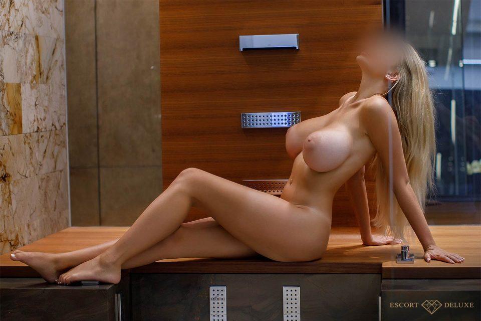 Escort Dame sitzt in der Dusche