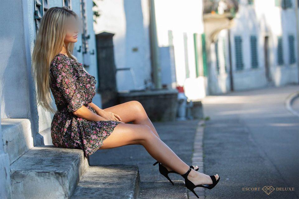 Dame sitzt auf einer Treppe