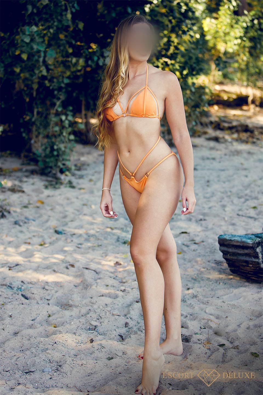 Dame trägt einen orangenen Bikini