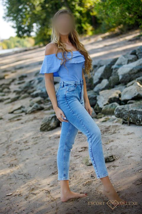 Model trägt ein blaues Outfit
