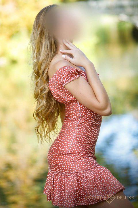 Ivana trägt ein rotes Kleid mit weißen Punkten