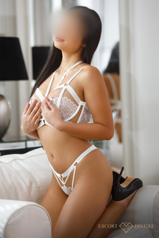 Lia fasst ihr Brüste an
