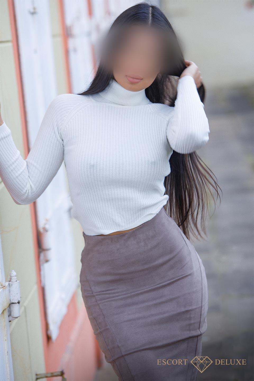 Model trägt einen weißen Pulli