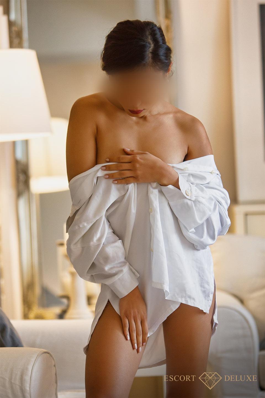 Escort Model trägt ein weisses Hemd