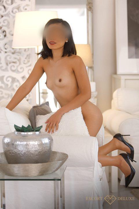 Shila kniet nackt auf dem Sessel