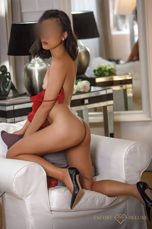 Shila kniet auf dem Sessel