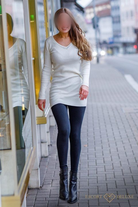 Junge Escort Lady spaziert durch Straße